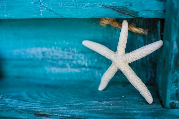 Decoración de estrellas de mar sobre un fondo de madera
