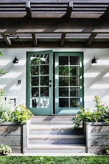 Decoración exterior de la puerta de entrada verde