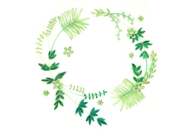 ็ decoración festiva hecha a mano con flores de papel sobre fondo blanco