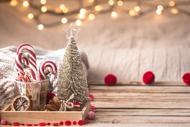 Decoración festiva de navidad bodegón sobre fondo de madera, concepto de confort en el hogar y vacaciones