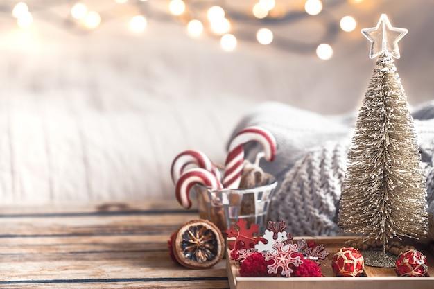 Decoración festiva de navidad bodegón sobre fondo de madera