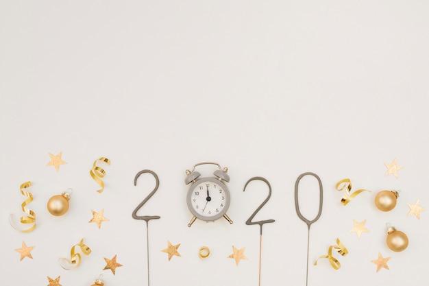 Decoración de fiesta de año nuevo con reloj y espacio de copia