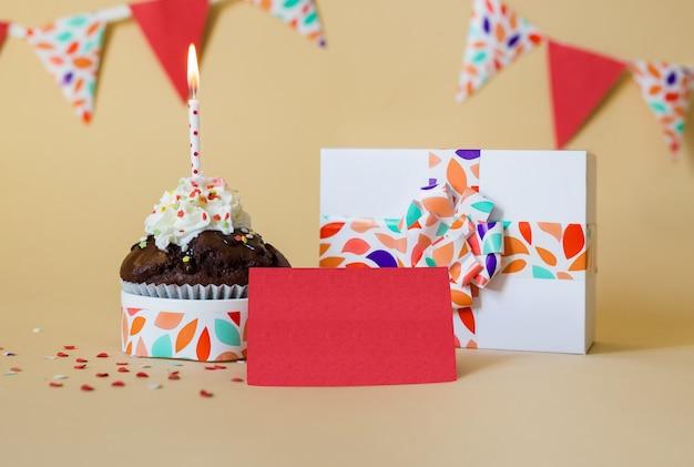 Decoración de fiesta con pastel y vela y regalo