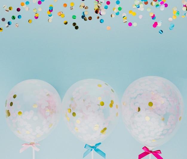 Decoración de fiesta plana con globos y confeti