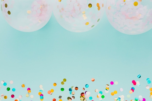 Decoración de fiesta plana con globos y fondo azul
