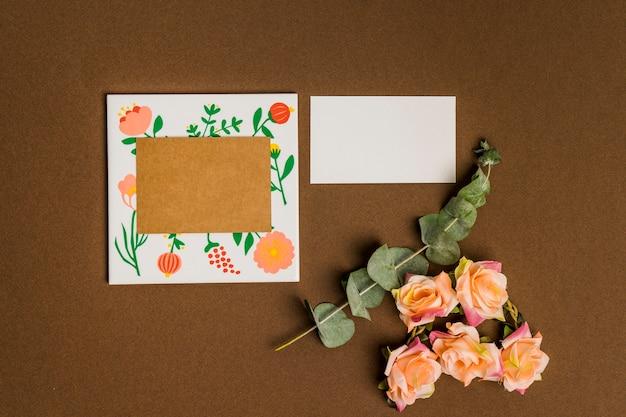 Decoración floral con hojas de papel y cartón