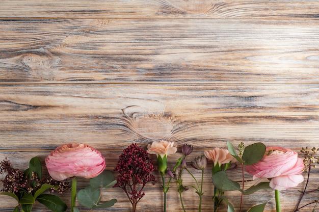 Decoración floral en madera