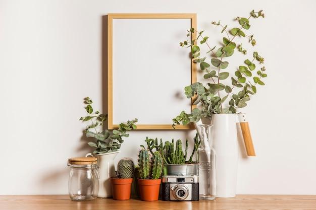 Decoración floral con marco colgando