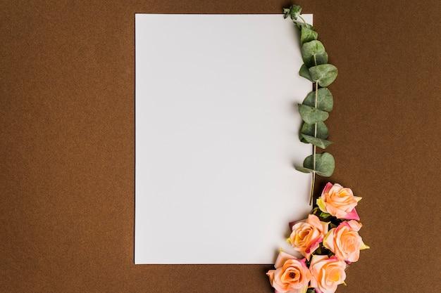 Decoración floral con papel y hojas