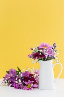 Decoración con flores de color púrpura y fondo amarillo.