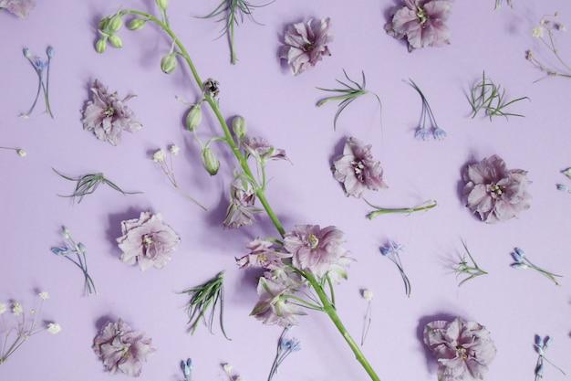 Decoración de flores de pétalos morados
