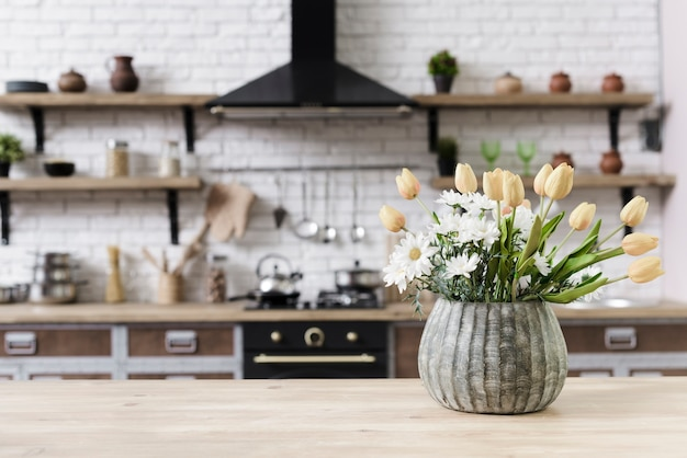 Decoración de flores de primer plano en la mesa en la cocina moderna