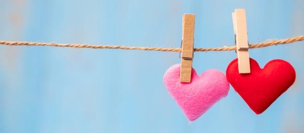 Decoración de forma de corazón de pareja colgada en línea con espacio de copia para texto