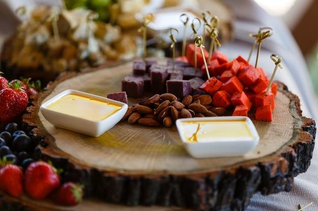 Decoración de frutas de mesa de boda en el restaurante
