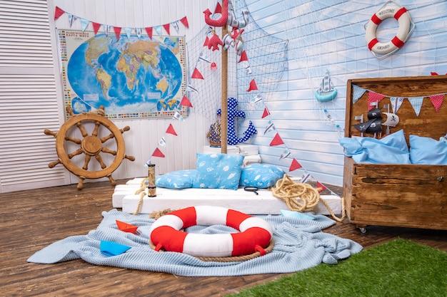 Decoración de la habitación en estilo pirata, con un timón y un cofre del tesoro.