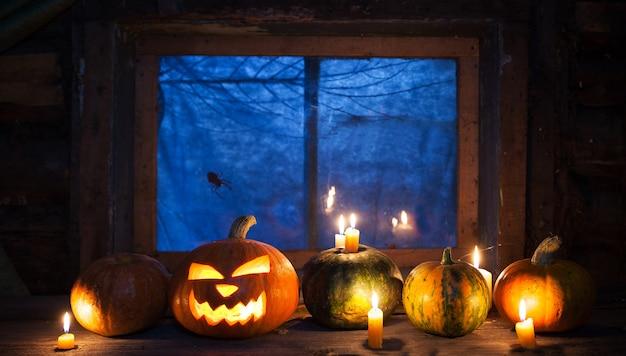 Decoración de halloween, calabazas de pie en una fila