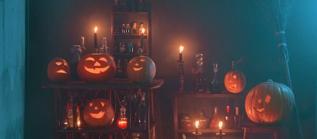 Decoración de halloween con calabazas y pociones mágicas en interiores