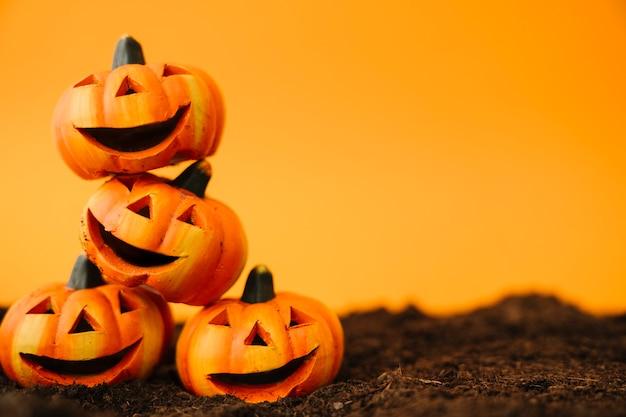Decoración de halloween con calabazas riendo