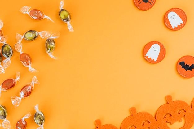 Decoración de halloween con caramelos dulces y una guirnalda de calabaza
