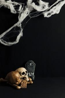 Decoración de halloween con cráneos y telaraña