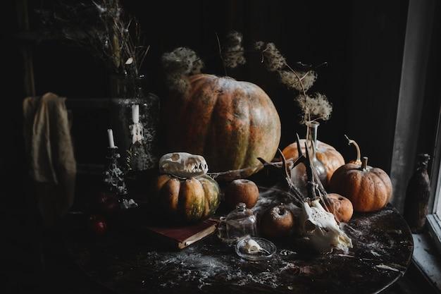 Decoracion de halloween fondo de pantalla de 4k. calabazas viejas, granadas, manzanas.