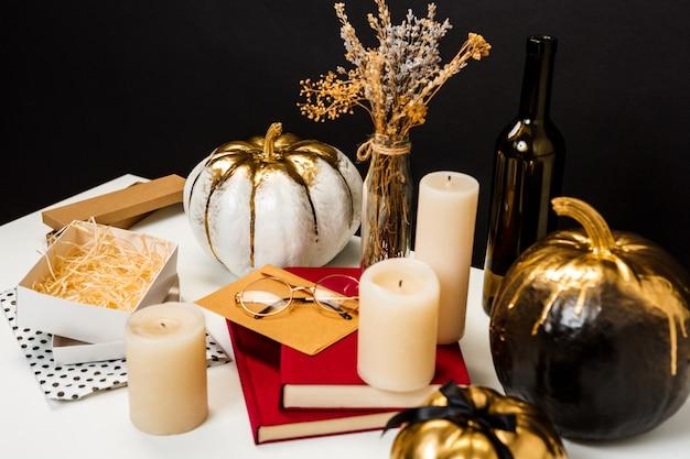 Decoración de halloween en mesa blanca sobre pared negra