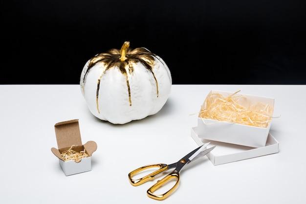 Decoración de halloween en mesa blanca sobre superficie negra