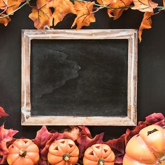 Decoración de halloween con pizarra en blanco