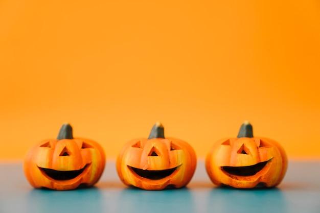 Decoración de halloween con tres calabazas riendo