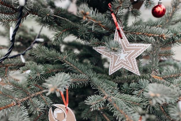 Decoración hecha a mano de bricolaje en un árbol de navidad
