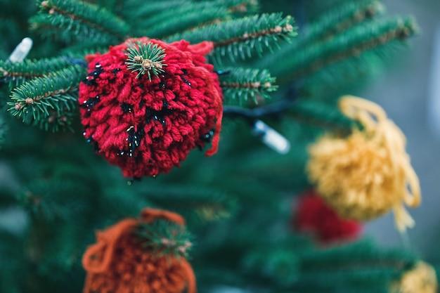 Decoración de hilo de bricolaje en un árbol de navidad
