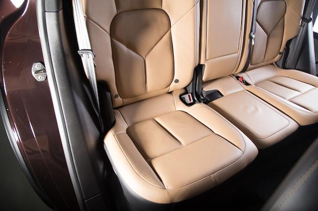 Decoración interior beige de un coche de lujo