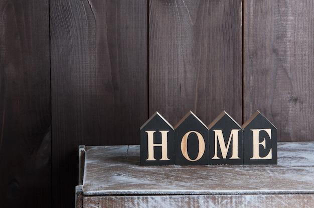 Decoración interior en pared de madera. la palabra