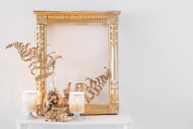 Decoración interior con velas encendidas en estante de madera blanca
