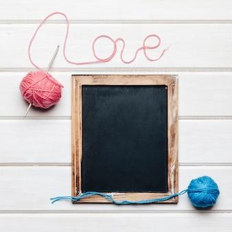 Decoración de lana y amor con pizarra