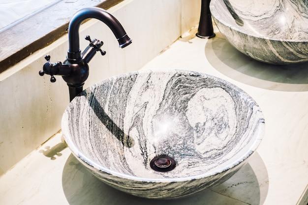 Decoración del lavamanos del grifo en baño interior.