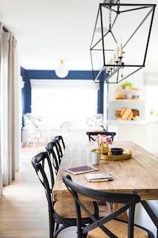 Decoración limpia del comedor en casa