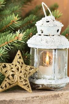 Decoración de linterna y estrella navideña.