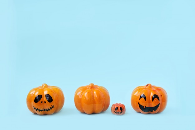 Decoración de la linterna del gato o de la calabaza del brillo de halloween con las caras divertidas.