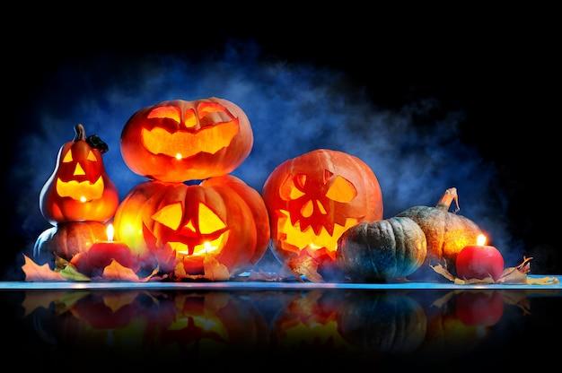 Decoración con linternas de halloween hechas de calabazas talladas