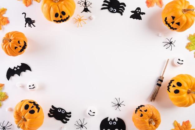 Decoración de manualidades de halloween sobre fondo blanco con espacio de copia