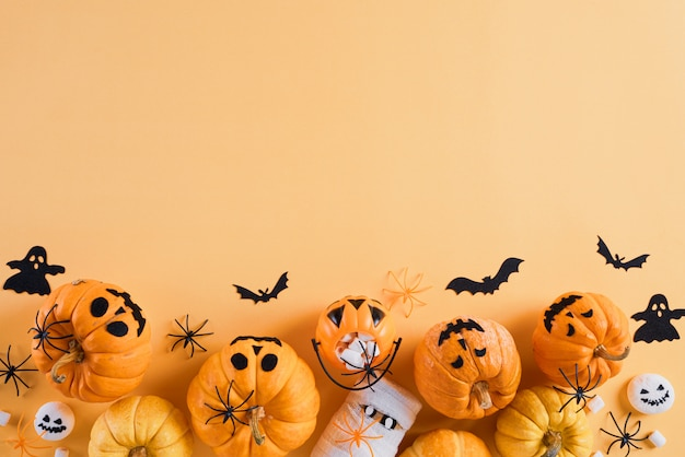 Decoración de manualidades de halloween sobre fondo naranja con espacio de copia