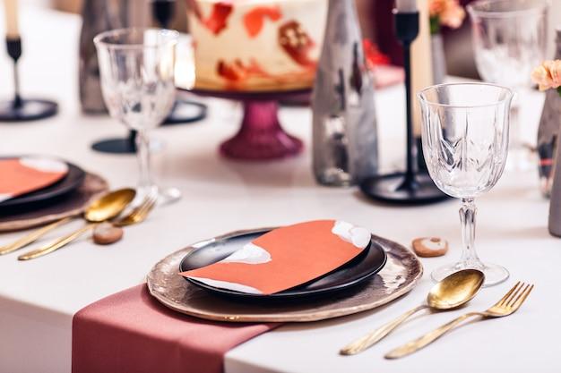 Decoración de mesa de banquete dentro del restaurante.