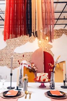 Decoración de mesa de banquete e interior dentro del restaurante.
