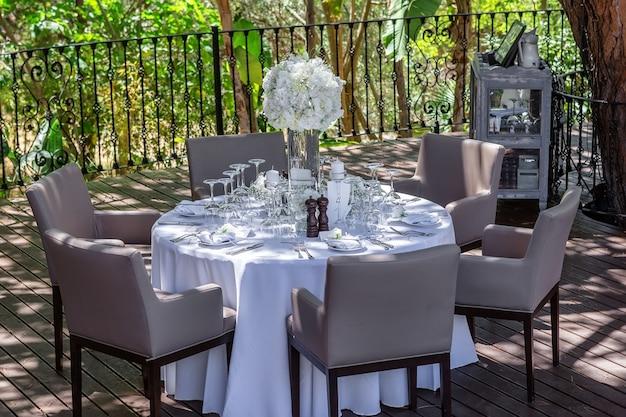 Decoración de una mesa de boda en el jardín.