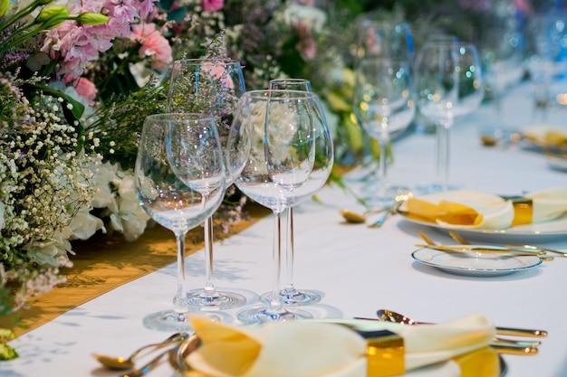 Decoración de la mesa de comida, comida de fiesta, mesa con flores, banquete