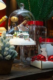 Decoración de mesa navideña con botellas de champagne.
