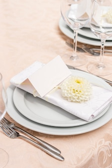 Decoración en la mesa del restaurante para un banquete de bodas