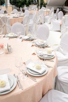 Decoración de mesa y servicio en el restaurante.