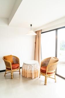Decoración de mesa y silla vacía en la sala de estar